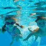 まずは水に慣れることから始める水泳教室。